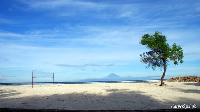 Namun sepertinya pemandangan Gunung Agung dari Gili Trawangan hanya bisa terlihat ketika hari sedang cerah. Benarkah begitu?