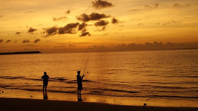 Kadang ada juga yang menghabiskan sore dengan memancing di Pantai Segara. Entah ikannya banyak atau tidak, soalny saya belum pernah memancing di pantai ini.