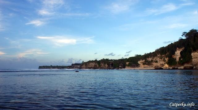 Sementara travel blogger seperti saya, bisa bermain - main agak ketengah untuk mengabadikan Pantai Bingin Beach Bali kedalam foto seperti ini.