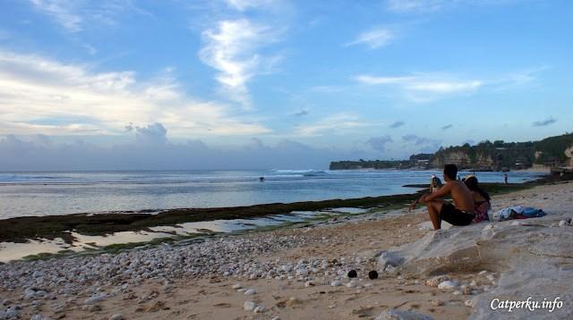Kalau bosan bermain air, boleh kok pacaran di pantai. *uhuk*