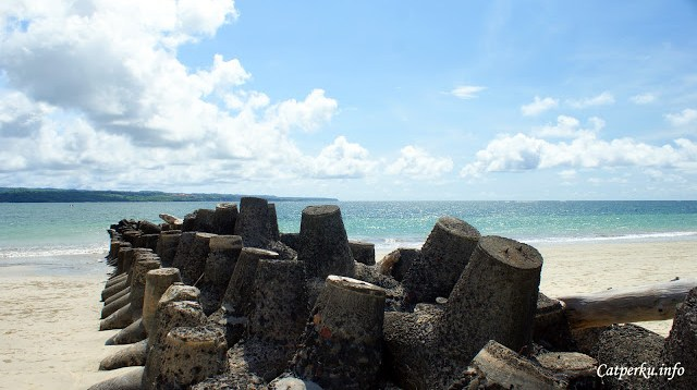 Pada satu bagian di Jimbaran Bay, dekat Pantai Kelang kamu bisa menemukan pemecah ombak seperti ini.