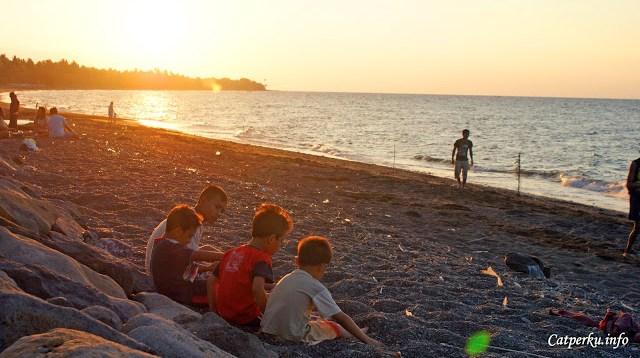 Masih di pantai yang sama, suasana sore hari di pantai ini tidak terlalu buruk juga. Ada banyak anak kecil yang bahagia bermain di pantai ini. Senangnya, rasa bahagia itu sepertinya tertular kepada saya.