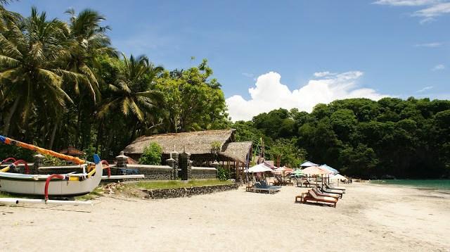Kalau bosan berenang, bisa juga berjemur di kursi yang disewakan di tepi pantai seperti ini ^^