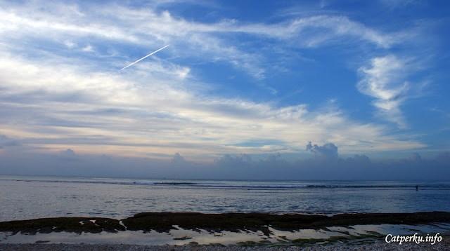 Kira - kira seperti inilah kondisi surut maksimal Pantai Bingin Beach Bali. Karang yang sebelumnya tertutup air, sekarang bisa terlihat dengan jelas.