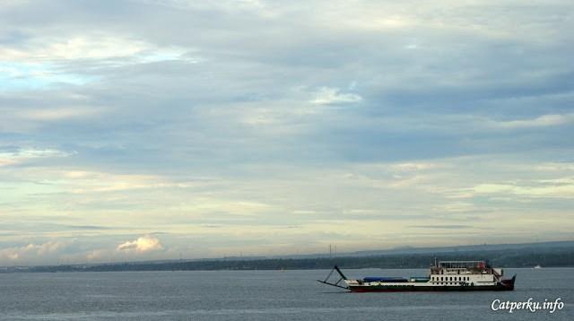 Pagi hari di Selat Bali itu cantik sekali. Makanya kalau touring Bali - Jawa itu usahakan berangkat pagi saja dari Bali!