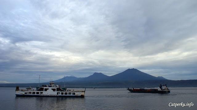 Ini adalah perahu atau kapal ferry yang biasa menyeberangkan penumpang antara Pulau Bali dan Pulau Jawa.