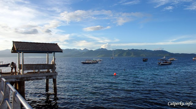 Atau bisa juga menikmati Lombok di kejauhan dari dermaga Gili Trawangan :)