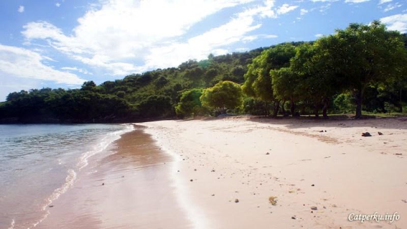 Garis pantainya memang tidak terlalu panjang, tetapi tetap menyenangkan untuk bersantai atau bermain.
