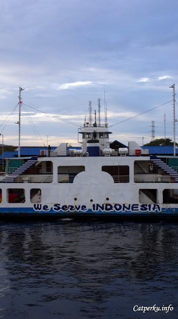 Dengan kapal ferry bisa juga merasakan bagaimana rasanya melaut seperti nenek moyang kita. Nenek moyangku, orang pelaut lalalala...