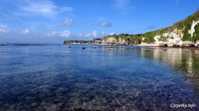 Jauh di depan sana adalah tetangganya, Pantai Dreamland. Foto seperti ini memungkinkan diambil hanya ketika Pantai Bingin Beach Bali sedang surut