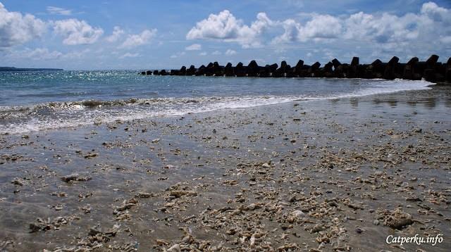 Tidak semua bagian pantai berpasir halus, ada juga yang berupa pantai karang seperti ini.