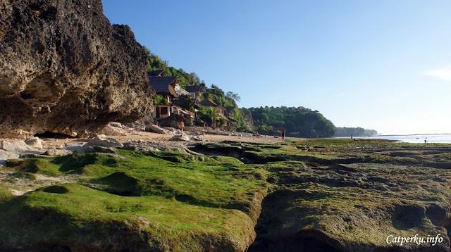 Lokasi Pantai Bingin Beach Bali sendiri tepat berada di bawah bukit, dengan akses masuk yang agak njelimet. Pertama kali mencari pantai ini, saya sempat kesasar beberapa kali.