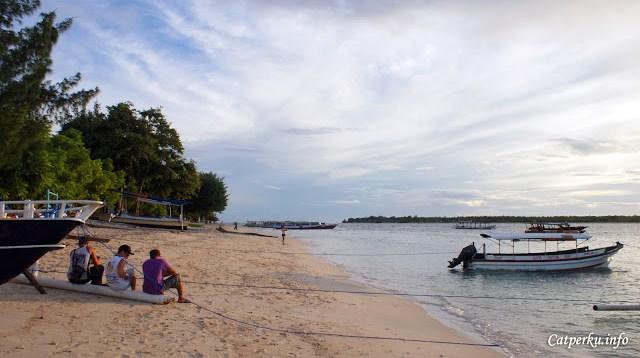 Salah satu cara menikmati udara segar wisata Gili Trawangan adalah bersantai di tepi pantainya.