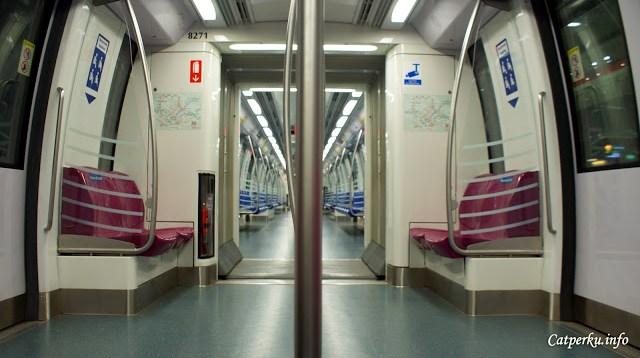 Kalau MRT lagi sepi, bisa deh mengambil foto seperti ini :D *asal enggak malu*