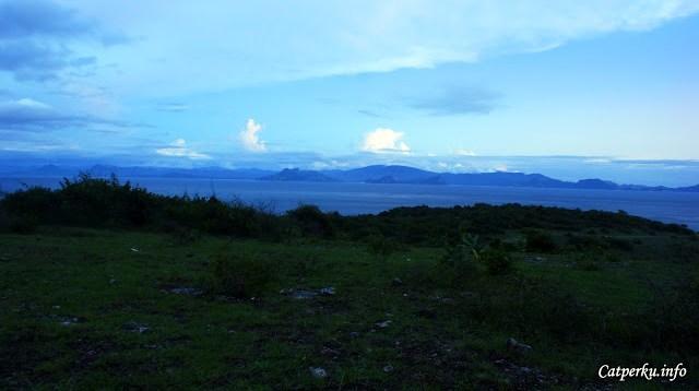 Jauh di depan sana adalah Pulau Sumbawa, pemandangannya bagus ketika matahari terbit.