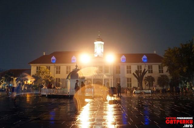 Cahaya lampu yang ada di beberapa museum juga menambah cantiknya suasana di sekitar kota tua Jakarta.