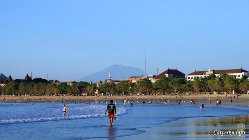 Pantai Kuta tetap menarik bagi backpacker yang ber - Backpacking Ke Bali
