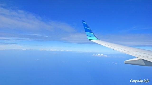 Jadi ini ceritanya terbang menuju Bali ya. Kira - kira ini sudah hampir mendekati Pulau Bali