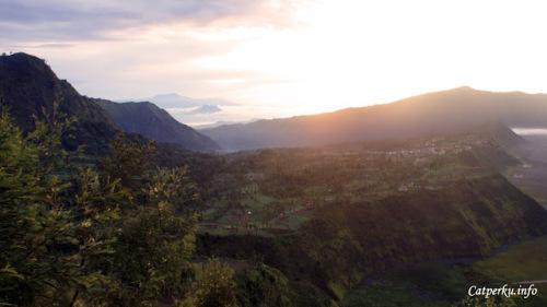 Pagi harinya Desa Cemoro Lawang terlihat dari Puncak Pananjakan.
