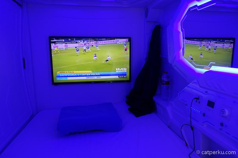 Salah satu fasilitasnya adalah ada TV 22 Inchi.