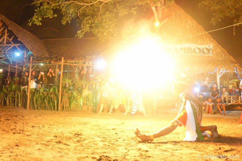 Salah satu atraksi di tarian ini, menyemburkan api dengan mulut