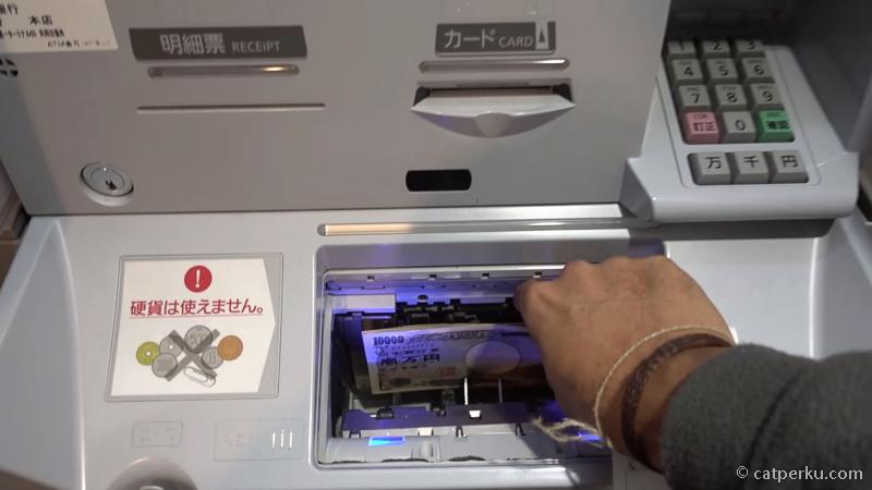 12. Baru kemudian uang 30000 YEN keluar dari mesin ATM 7-Eleven