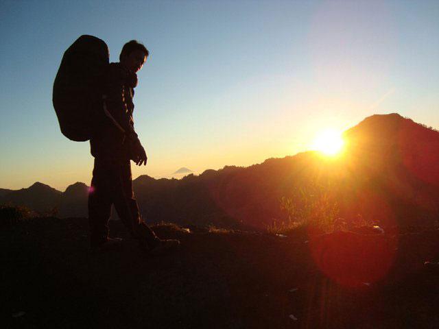Wajib berfoto seperti ini ketika di Plawangan Sembalun.