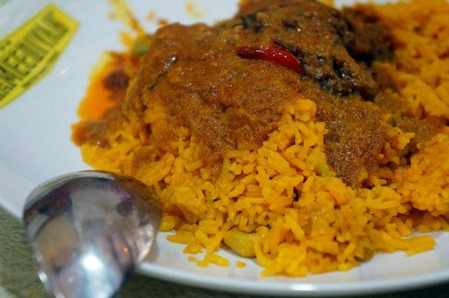 Nasi Kandar Penang ini salah satu makanan yang wajib dicoba selama di Penang! Menemukan nasi kandar penang ini juga gampang, karena ada banyak tempat makan di penang yang menjual makanan ini.