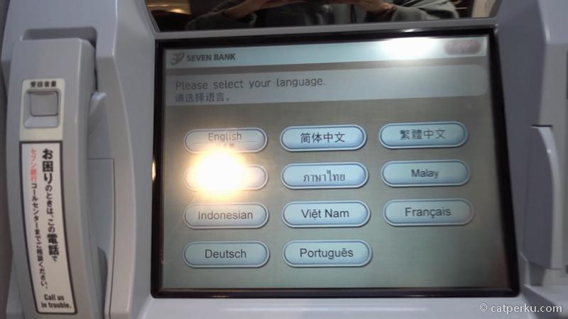 2. Nanti akan muncul pilihan Bahasa yang akan digunakan di mesin ATM 7-Eleven