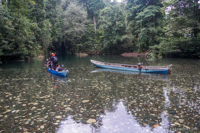 30 menit menyusuri sungai dengan perahu Katinting