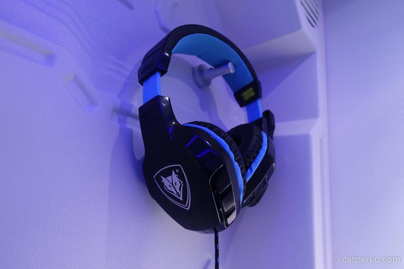 Terdapat headset untuk mendengarkan suara dari tv yang ada di dalam kapsul.