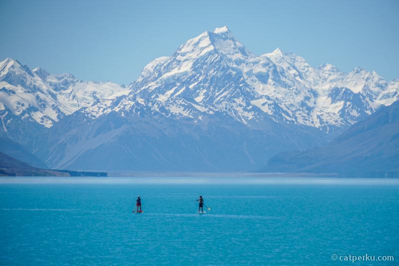 Danau Pukaki nggak cuma fotogenik, tetapi buat renang juga asik! Siapa sih yang gak mau berkunjung ke tempat wisata di New Zealand yang ini?