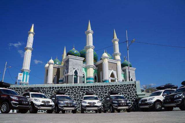 7 Sahabat petualang berpose didepan Masjid Agung Kota Pare Pare.