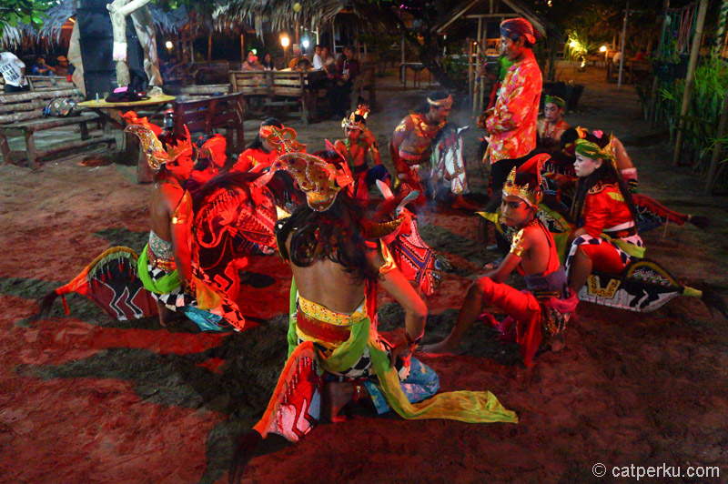 Mantra diucapkan sebelum beberapa penari memasuki kondisi hilang kesadaran atau kesurupan