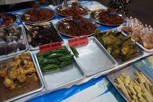 Ada banyak jajanan, kudapan dan makanan bisa ditemulan di Pasar Malam Gadong.