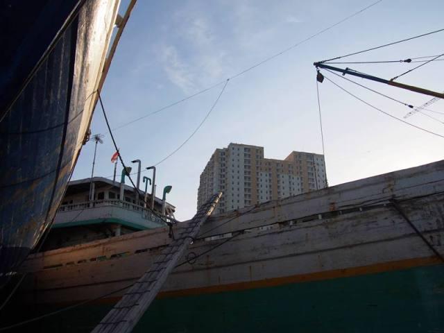 Ada banyak kapal besar seperti ni di Pelabuhan Sunda Kelapa lho!