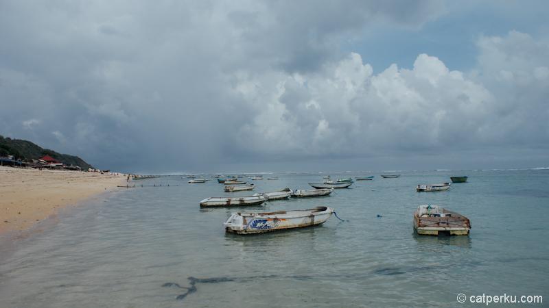 Ada banyak perahu kecil di dekat pantai