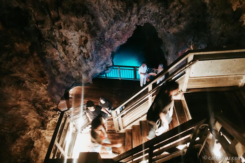 Ada banyak tangga untuk memudahkan pengunjungnya menjelajah keindahan gua.