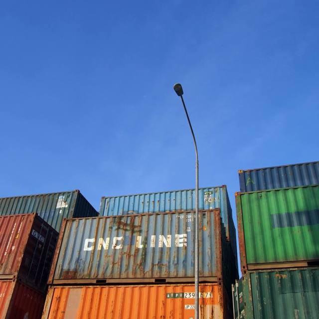 Ada banyak tumpukan kontainer di Pelabuhan Sunda Kelapa :O