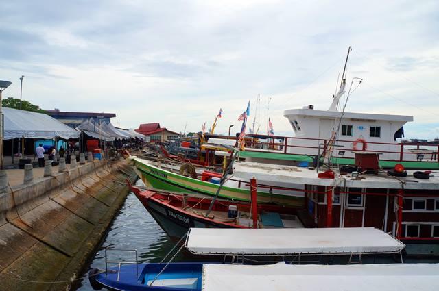 Ada beberapa perahu yang berlabuh di dekat waterfront.