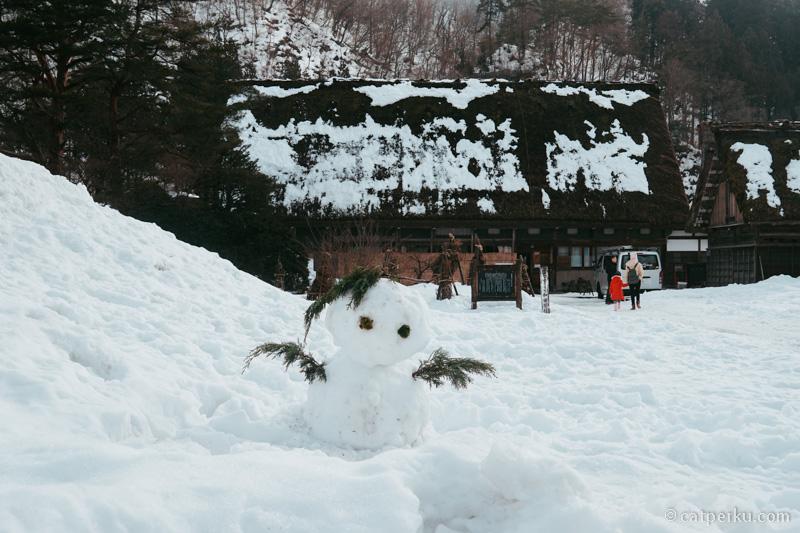 Ada boneka salju, entah siapa yang membuatnya.