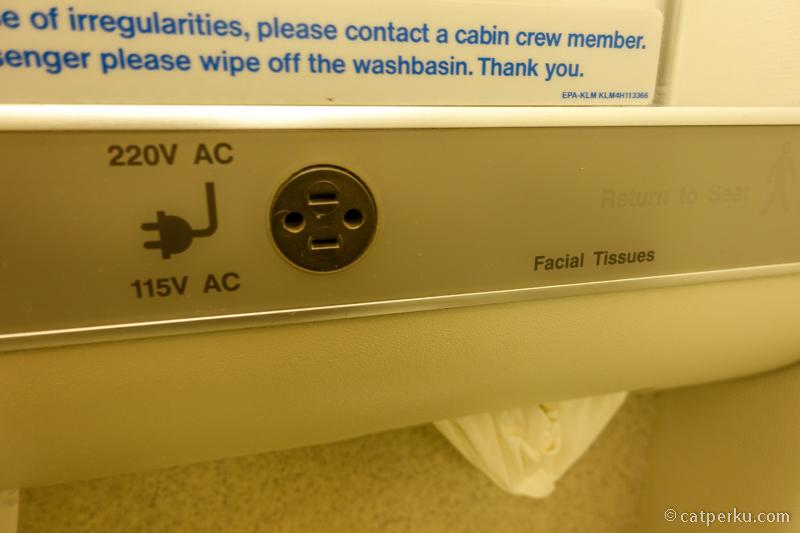 Ada colokan di toilet, untuk pencukur jenggot
