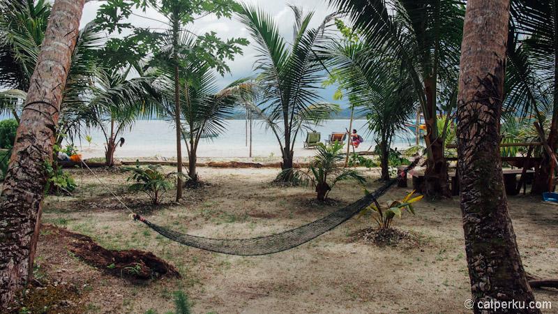 Ada hammock untuk bersantai di Pulau Tailana