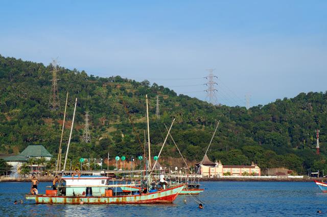Ada juga banyak perahu nelayan yang sedang tertambat diantara Pulau Merak Kecil dan Pulau Jawa yang bisa diamati.
