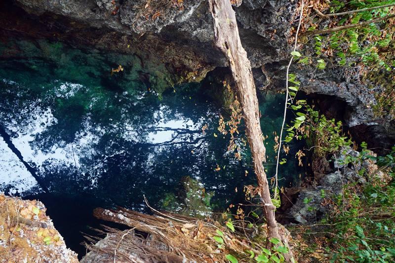 Air di dalam gua yang tidak terlalu besar tapi dalam ini adalah air asin yang begitu jernih!