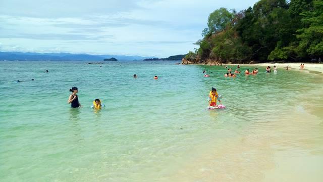 Air lautnya bersih kan ya di Pulau Sapi.