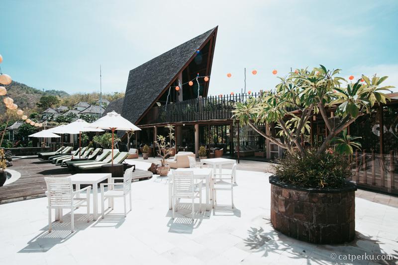 Area sekitar restoran dan kolam renang.