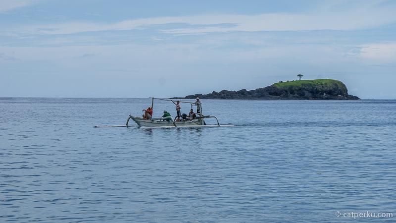 Atau mungkin mau naik perahu jukung dari Padang Bai