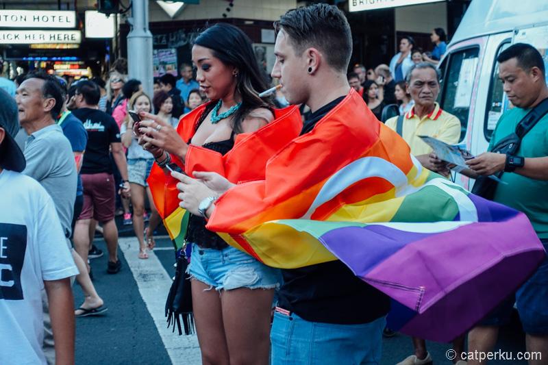 Atribut pelangi sepeti ini terlihat dimana-mana pada acara Mardi Gras Festival di Sydney!