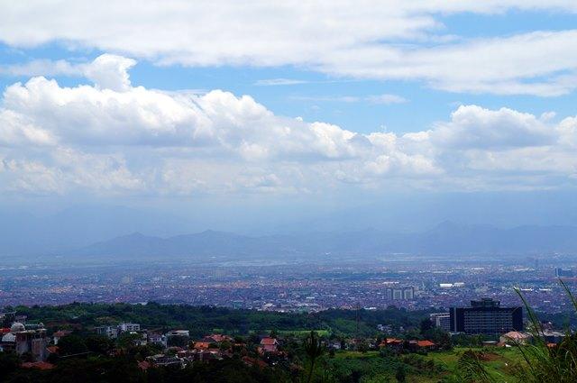 Bahkan di jalan menuju Tebing Keraton juga bisa melihat pemandangan Kota Bandung dari atas. Kalau malam pasti cakep nih!